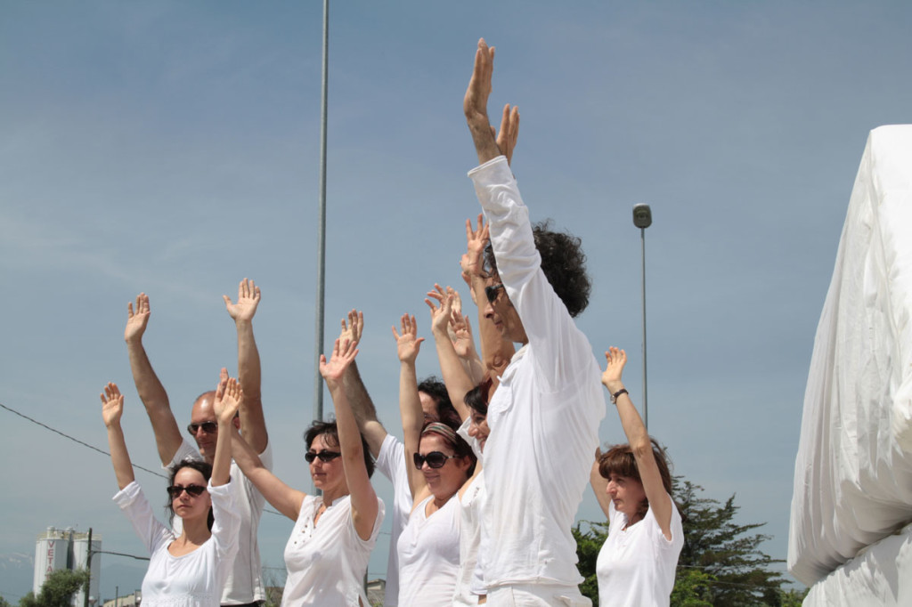 le mani in alto azione collettiva - performance walter zuccarini